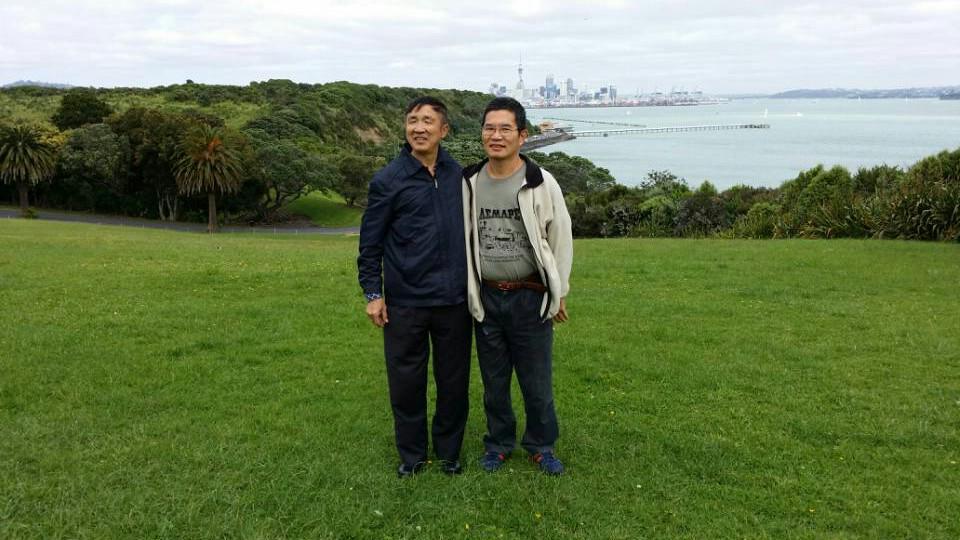 朱发进(左)访问新西兰,与在奥克兰 (Auckland, New Zealand) 的李辉同学喜相见。2013年