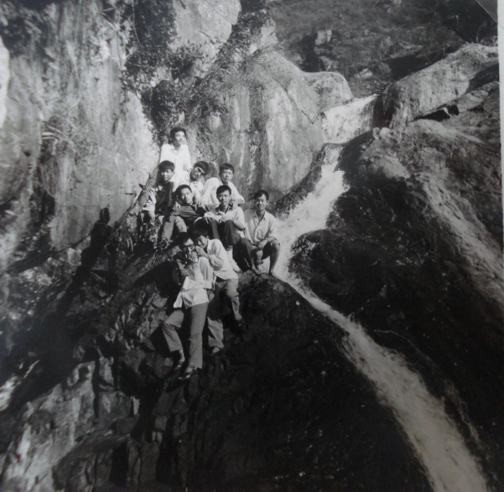 12中班,野炊于福州鳝溪。背景为瀑布
