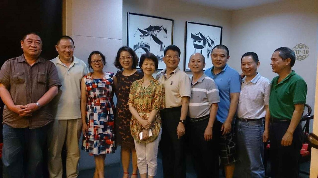 2014年6月汤丽秀回国期间,和乙班同学喜相聚。