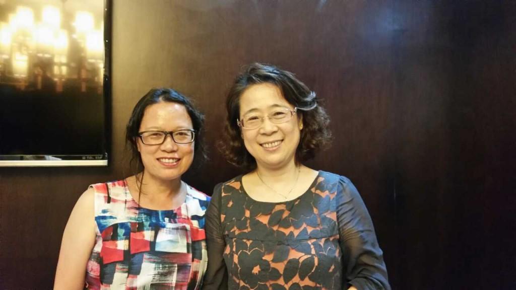 2014年6月汤丽秀回国期间,和陈小岩(右)合影。当年她们同在建阳地区医院实习对。