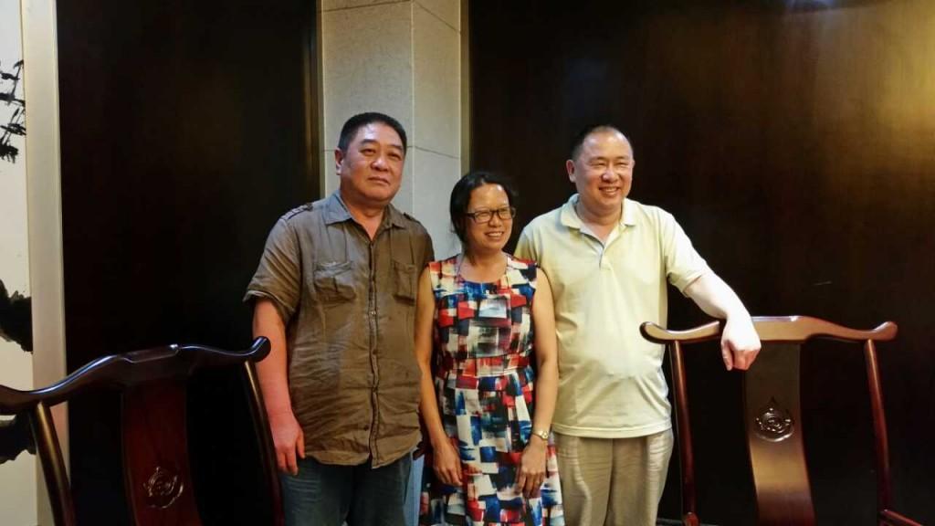 2014年6月汤丽秀回国期间,和郑悦(左)、戴宏(右)合影。当年他们同在建阳地区医院实习队。