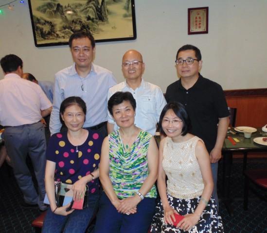 与会的78级同学:(前排左起)盖为鸣、何丽雅、科晓红,(后排左起)郑灵、林义顺、叶勇